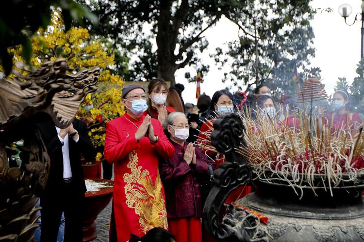 Người Hà Nội vãn cảnh chùa, cầu chúc bình an cho năm mới - Ảnh 6.