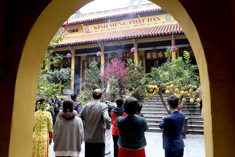 Người Hà Nội vãn cảnh chùa, cầu chúc bình an cho năm mới - Ảnh 2.