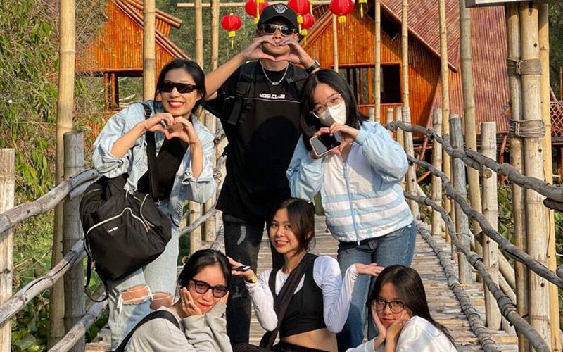 Khách du xuân rừng tràm Trà Sư, 'check-in' cầu tre dài nhất Việt Nam - Ảnh 3.