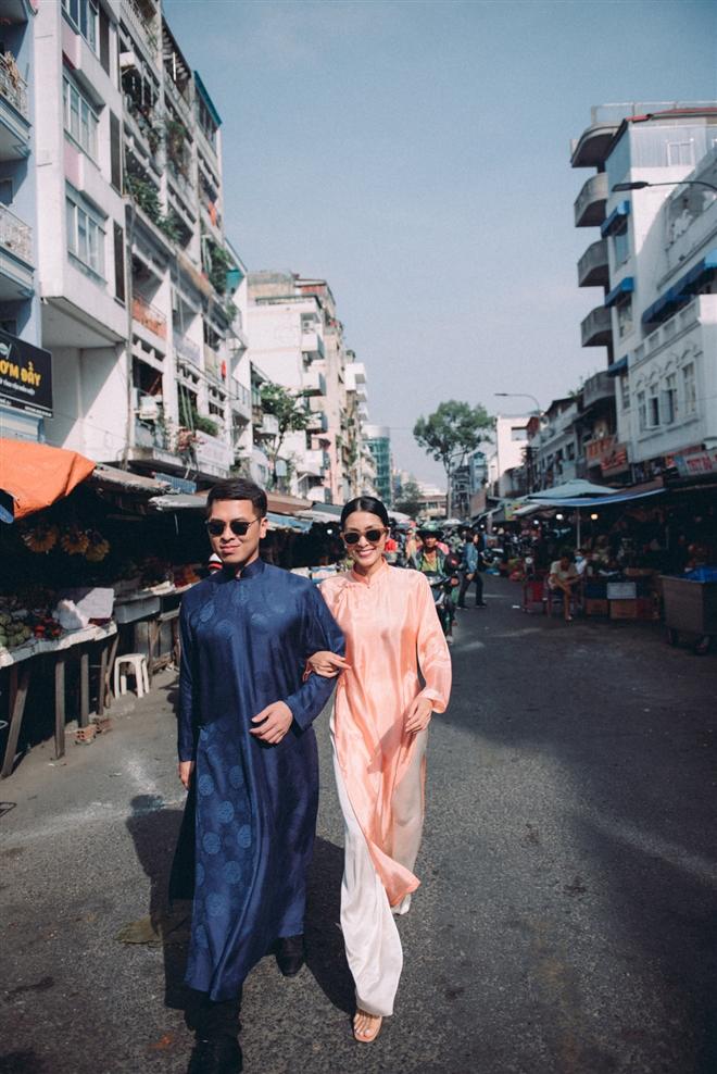 Tăng Thanh Hà diện áo dài sánh bước cùng người mẫu Quang Tuyến - Ảnh 1.