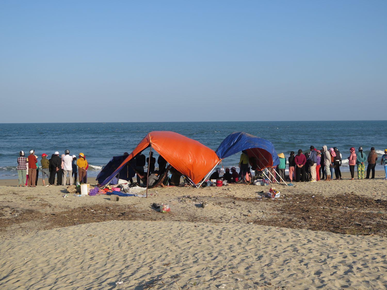 Quảng Ngãi: Tìm thấy thi thể hai nạn nhân đuối nước tại biển Mỹ Khê - Ảnh 1.