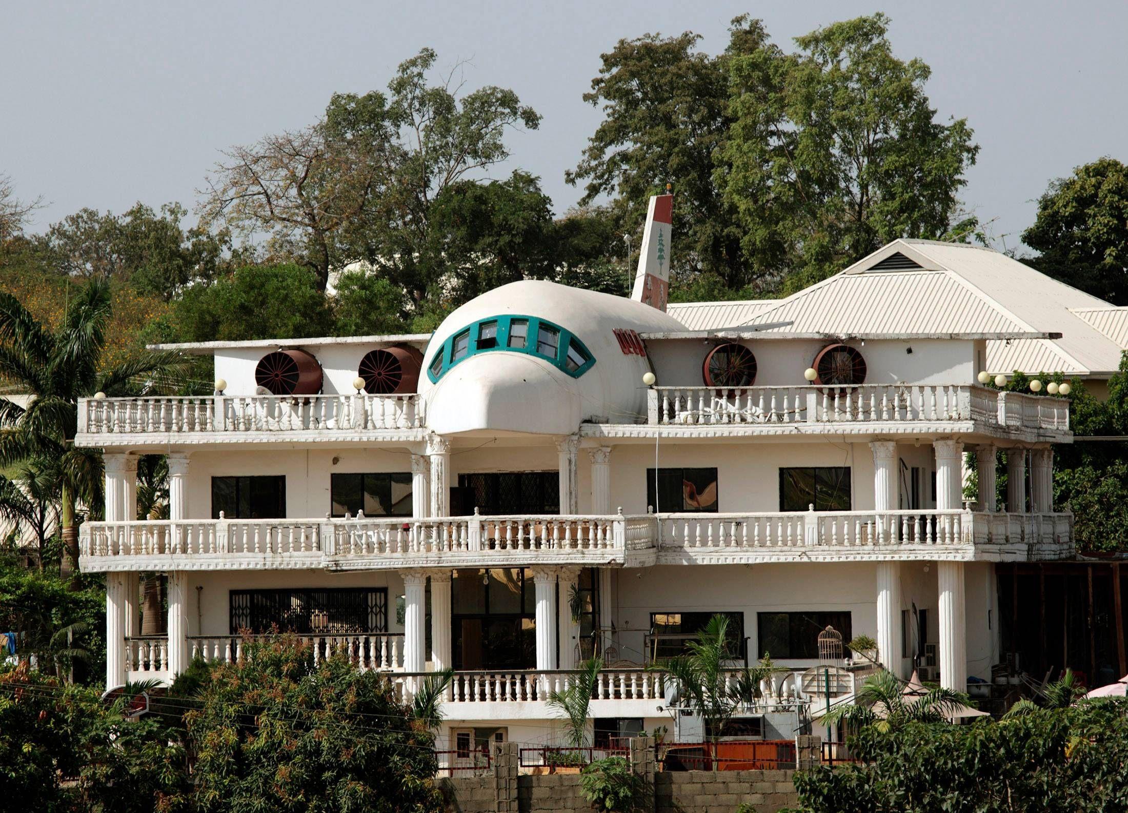 Biết vợ thích du lịch, người đàn ông xây cả máy bay trên nóc nhà - Ảnh 4.