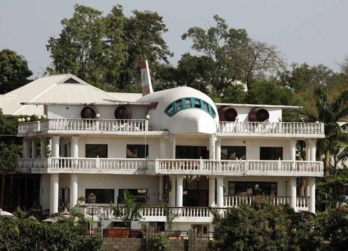 Biết vợ thích du lịch, người đàn ông xây cả máy bay trên nóc nhà - Ảnh 6.