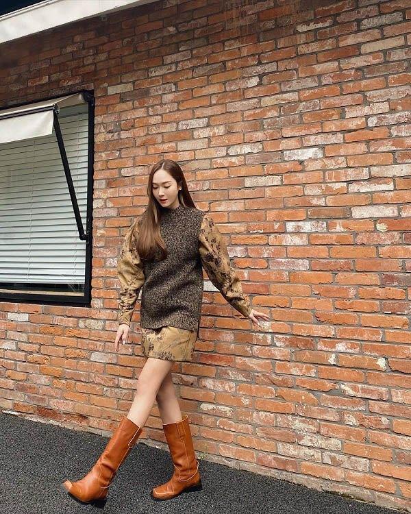 10 set đồ sang chảnh của sao Hàn, nàng mặc đẹp ngày Hà Nội mưa lạnh - Ảnh 1.