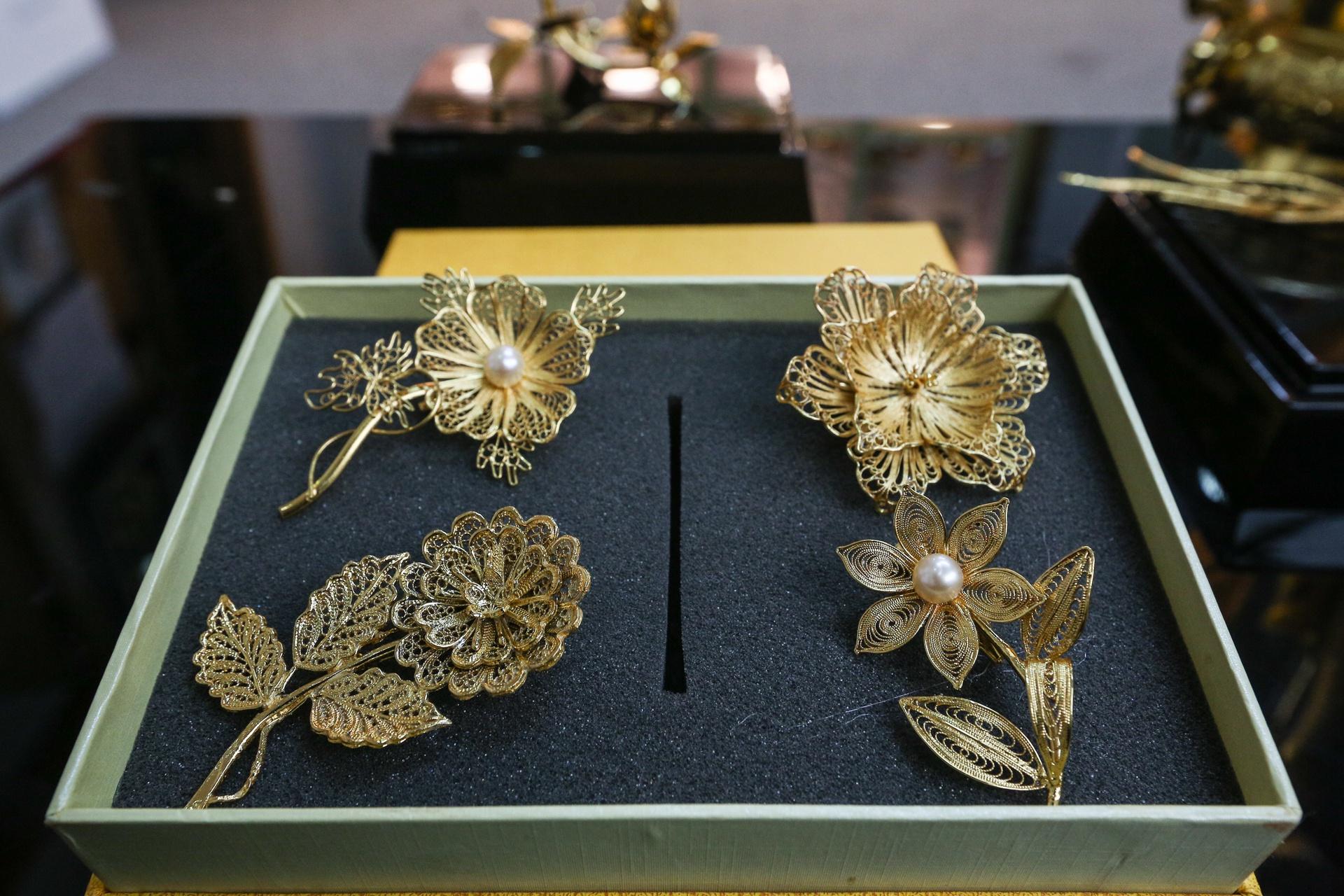 Hoa mạ vàng tiền triệu ngập tràn thị trường quà tặng ngày 8/3 - Ảnh 3.