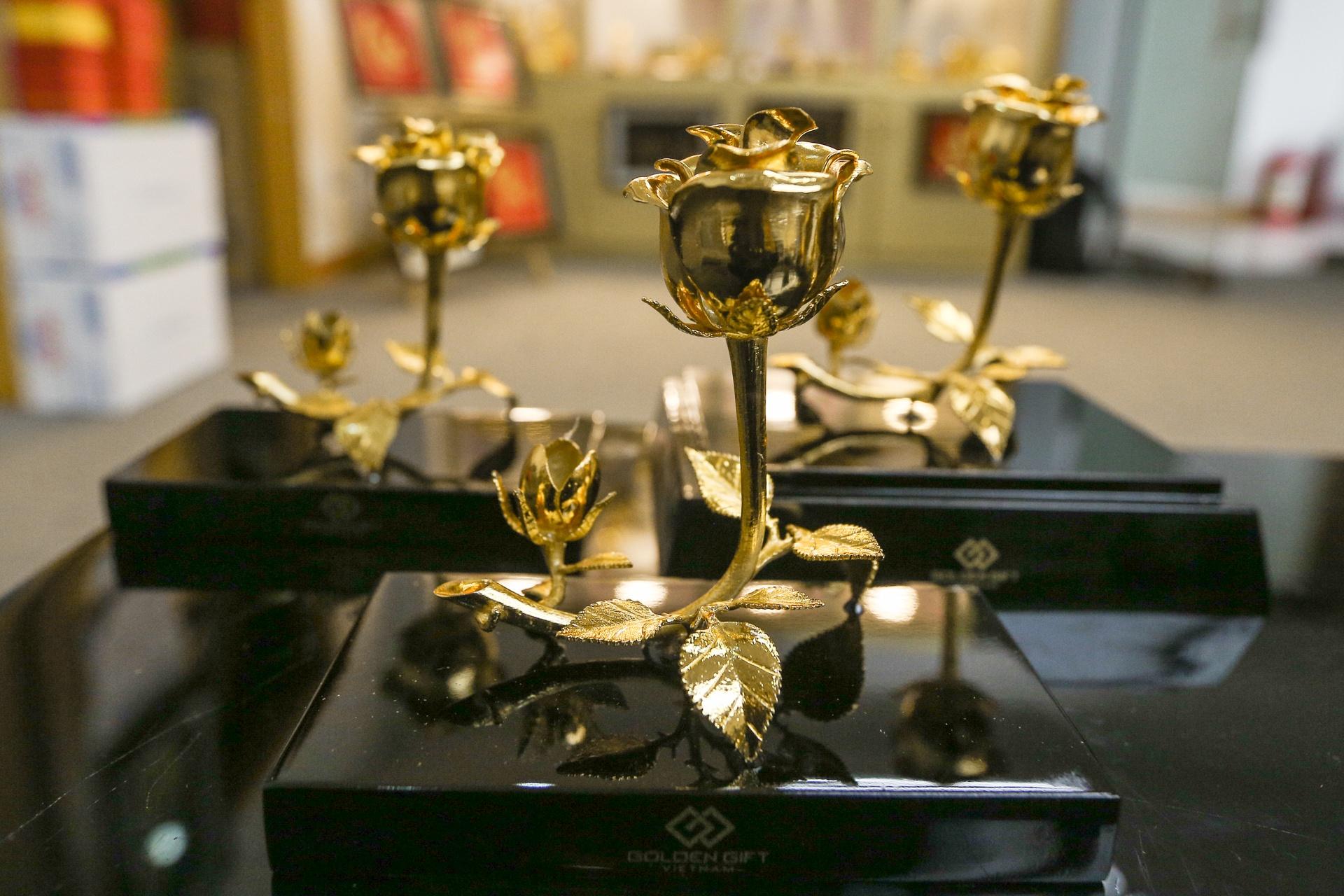 Hoa mạ vàng tiền triệu ngập tràn thị trường quà tặng ngày 8/3 - Ảnh 2.
