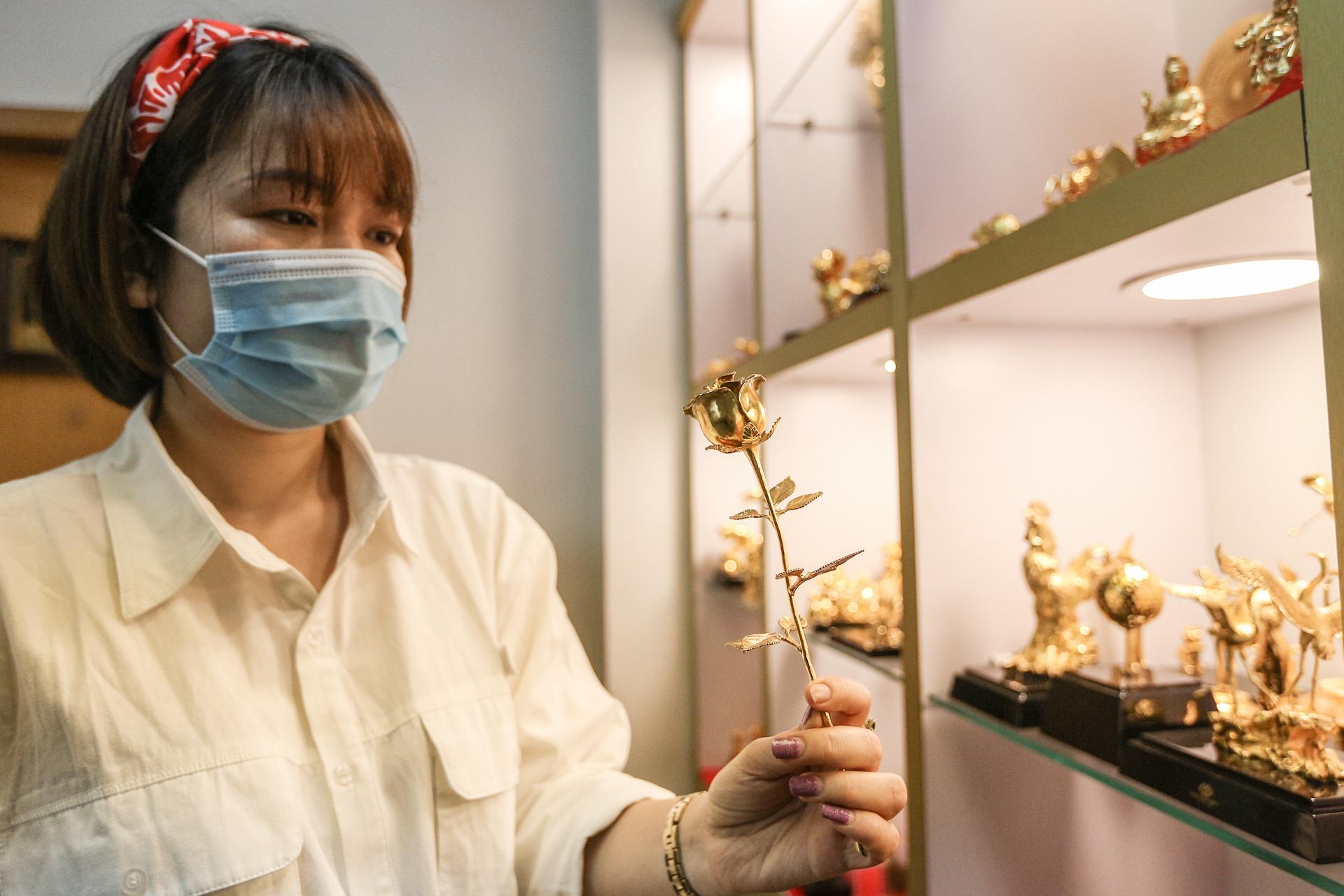 Hoa mạ vàng tiền triệu ngập tràn thị trường quà tặng ngày 8/3 - Ảnh 4.