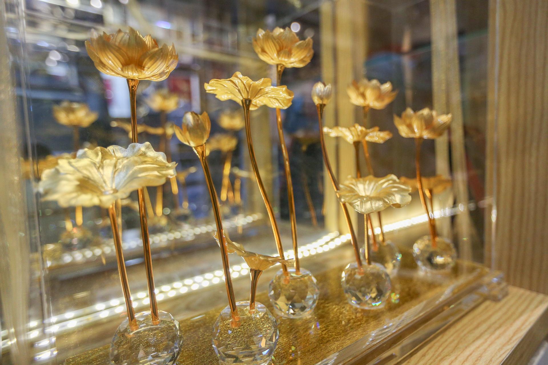 Hoa mạ vàng tiền triệu ngập tràn thị trường quà tặng ngày 8/3 - Ảnh 8.