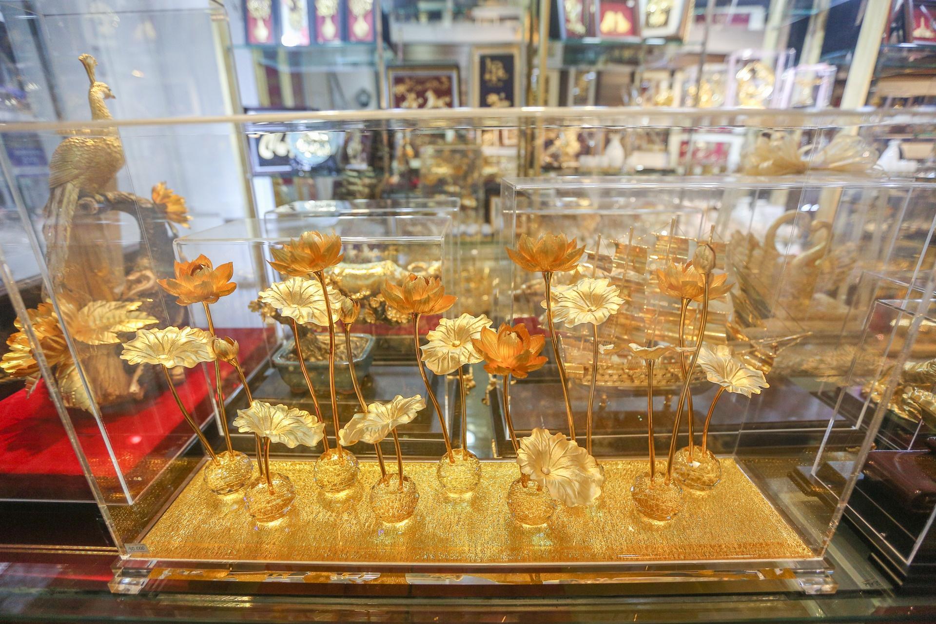 Hoa mạ vàng tiền triệu ngập tràn thị trường quà tặng ngày 8/3 - Ảnh 6.
