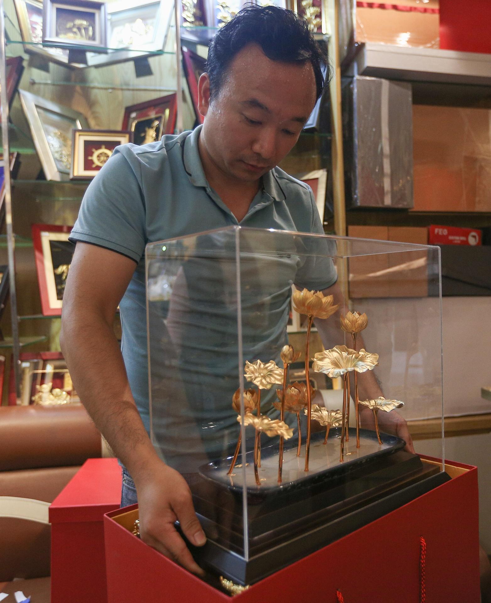 Hoa mạ vàng tiền triệu ngập tràn thị trường quà tặng ngày 8/3 - Ảnh 9.