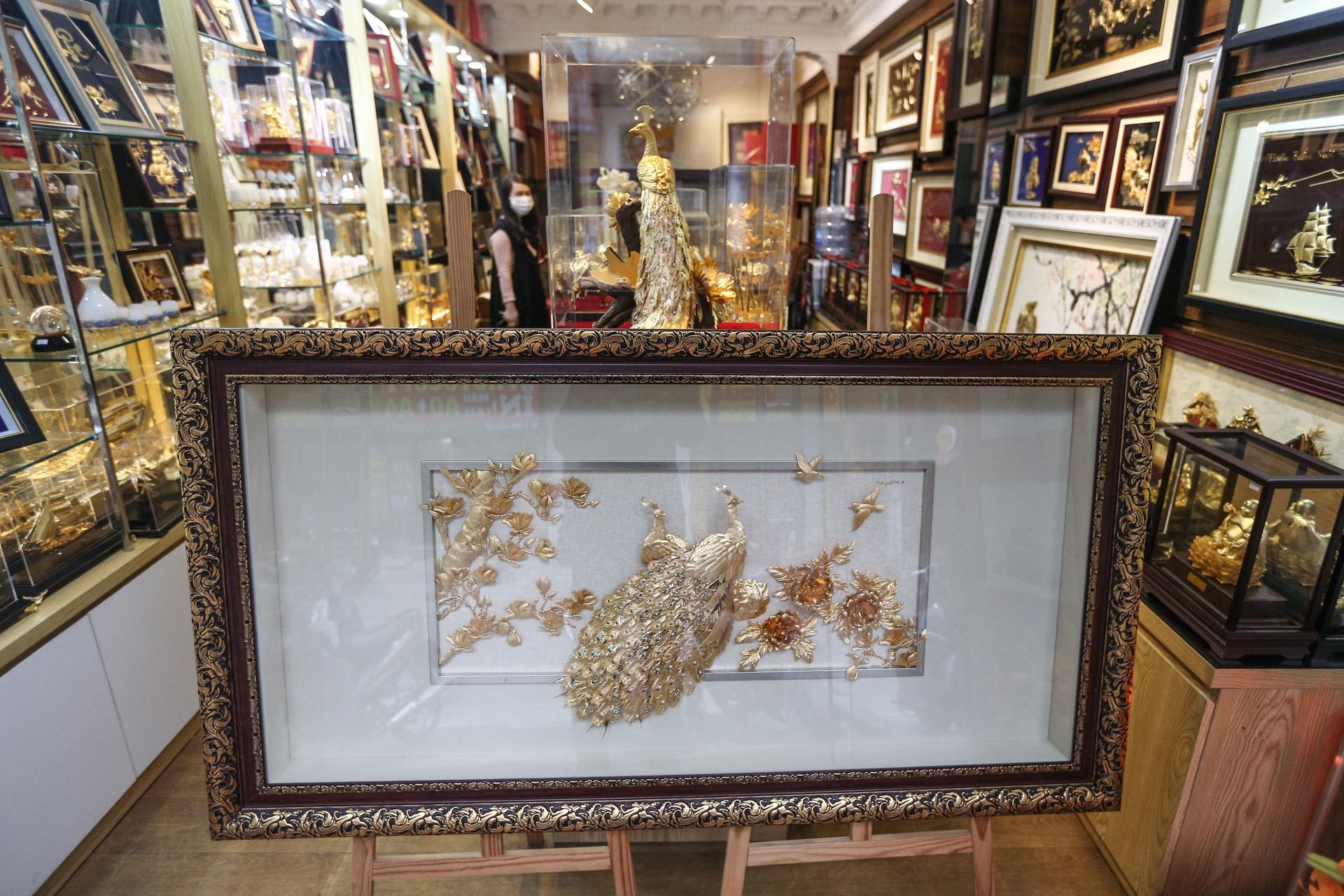 Hoa mạ vàng tiền triệu ngập tràn thị trường quà tặng ngày 8/3 - Ảnh 10.