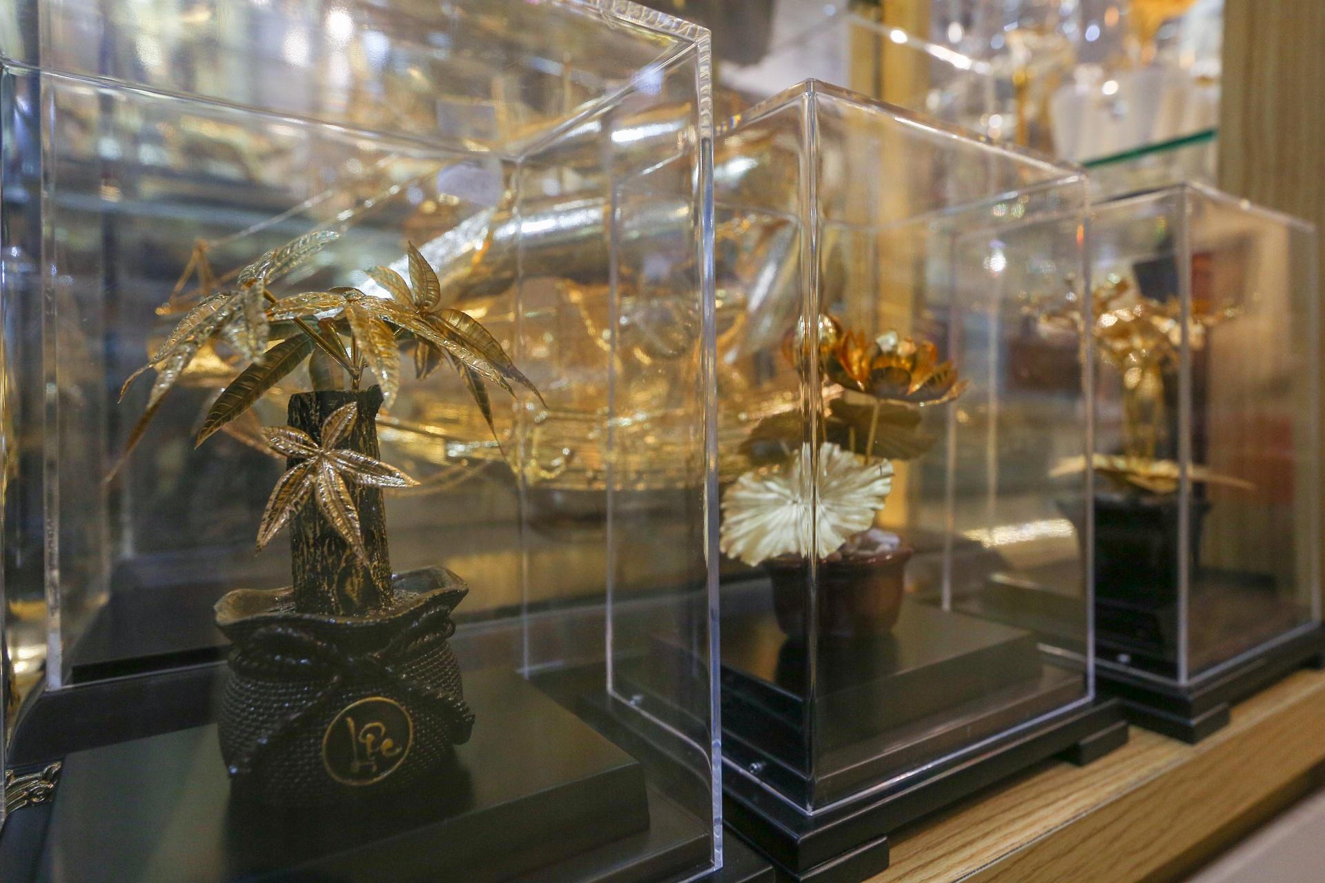 Hoa mạ vàng tiền triệu ngập tràn thị trường quà tặng ngày 8/3 - Ảnh 7.