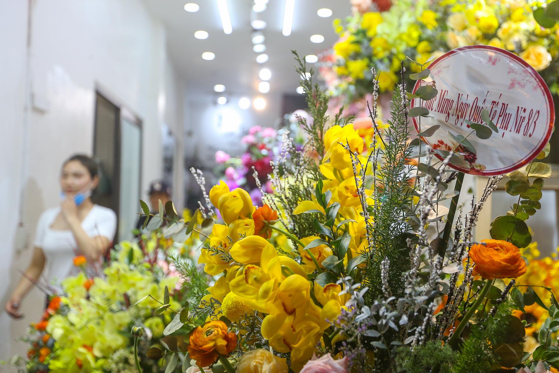 Hoa mạ vàng tiền triệu ngập tràn thị trường quà tặng ngày 8/3 - Ảnh 11.