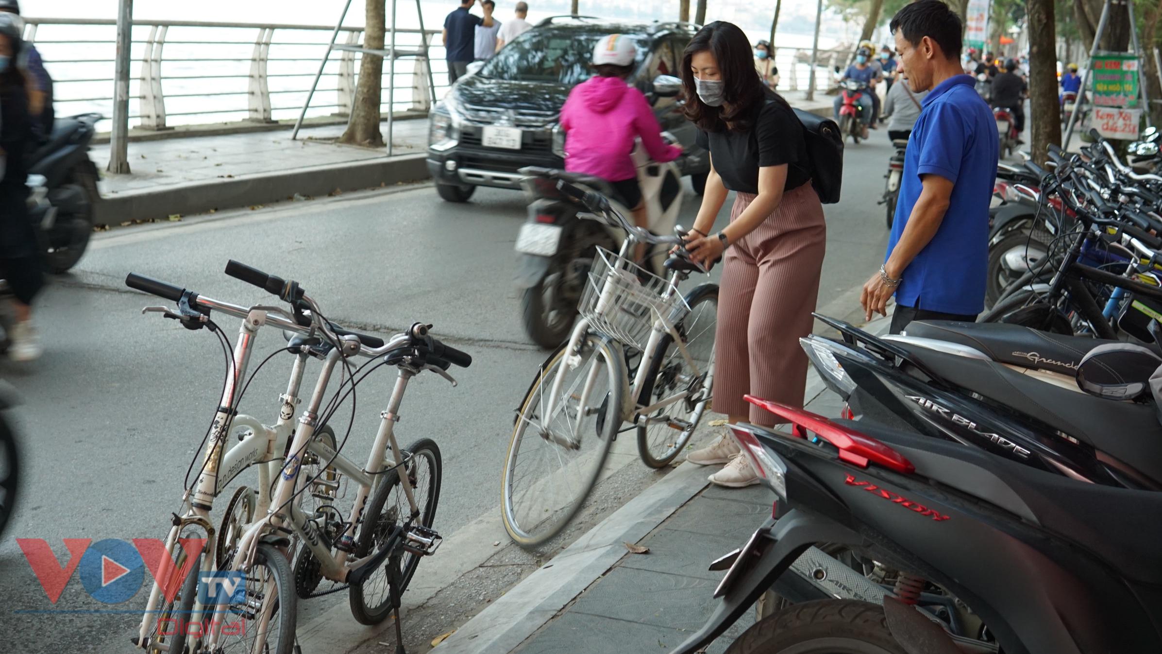 Trào lưu đạp xe hồ Tây thu hút các bạn trẻ - Ảnh 1.