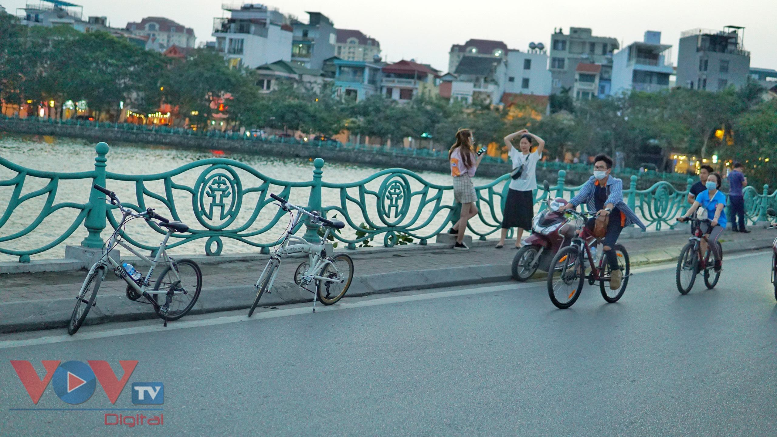 Trào lưu đạp xe hồ Tây thu hút các bạn trẻ - Ảnh 2.