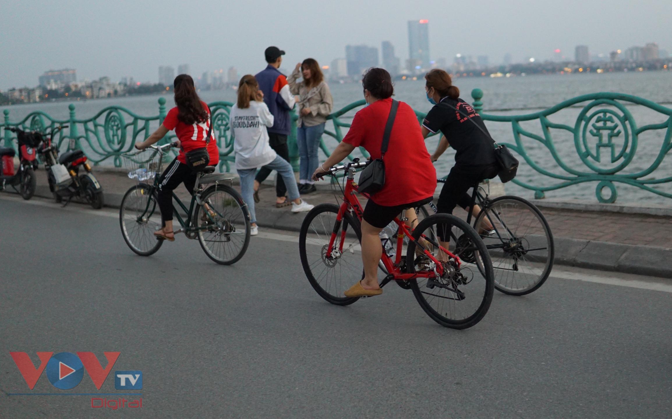 Trào lưu đạp xe hồ Tây thu hút các bạn trẻ - Ảnh 7.