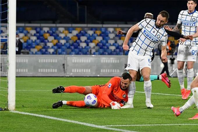 Kết quả Napoli 1-1 Inter: Handanovic sai lầm, Inter chạy chậm lại 'chờ' Milan - Ảnh 1.
