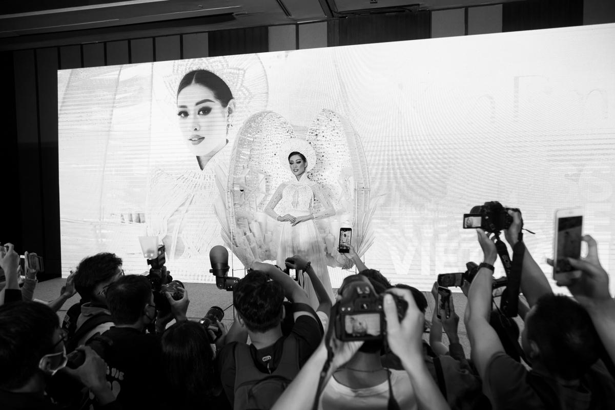 Tranh cãi màn trình diễn ra mắt trang phục dân tộc của Khánh Vân - Ảnh 2.
