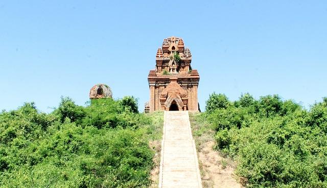 Cụm tháp Chăm ngàn tuổi độc đáo ở Bình Định hút khách check-in - Ảnh 3.