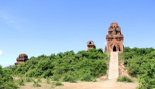 Cụm tháp Chăm ngàn tuổi độc đáo ở Bình Định hút khách check-in - Ảnh 1.