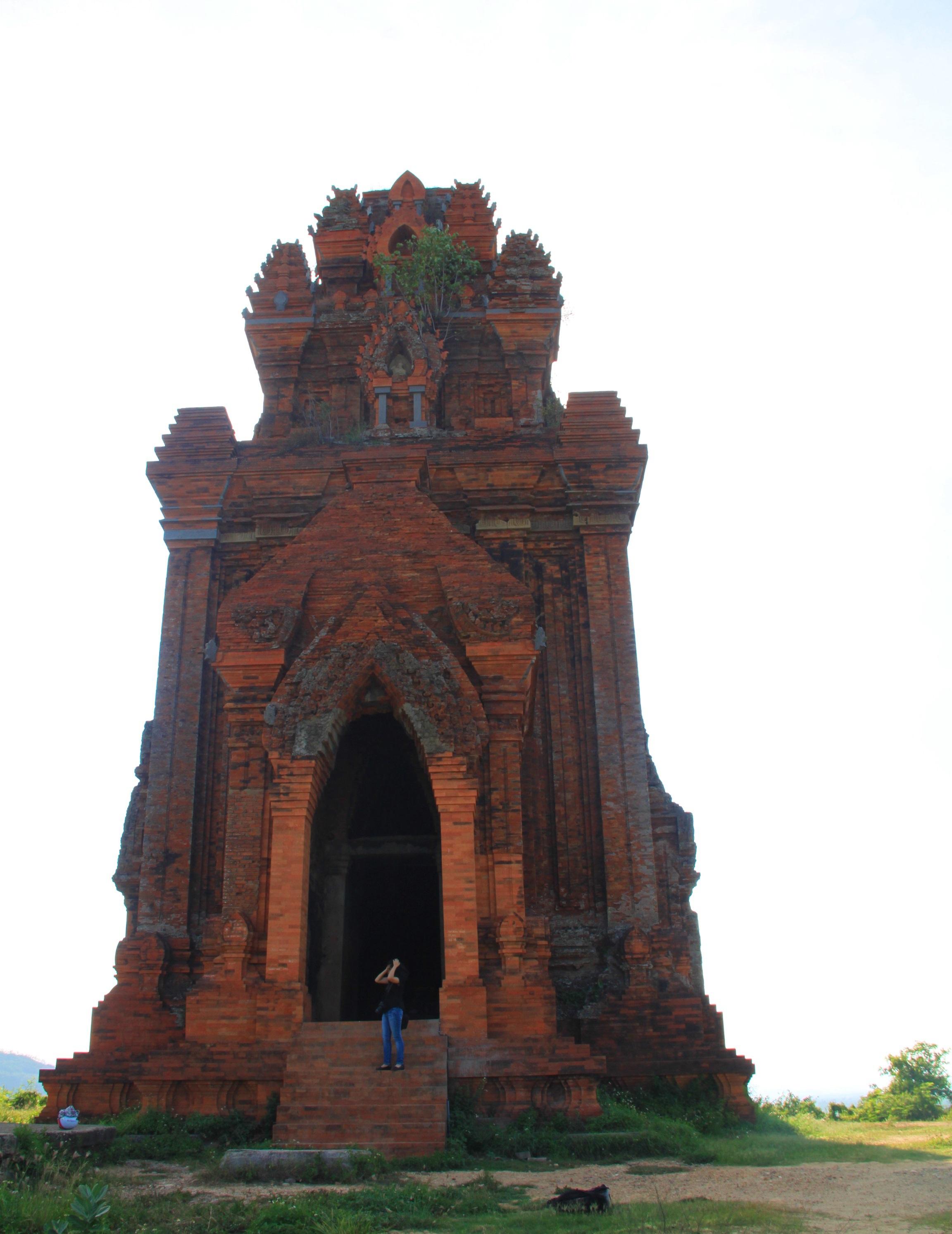 Cụm tháp Chăm ngàn tuổi độc đáo ở Bình Định hút khách check-in - Ảnh 4.