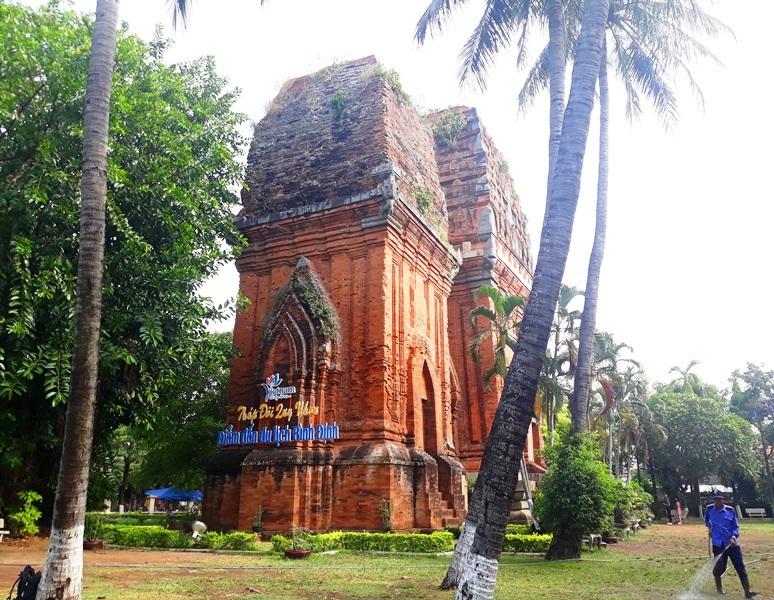 Cụm tháp Chăm ngàn tuổi độc đáo ở Bình Định hút khách check-in - Ảnh 2.