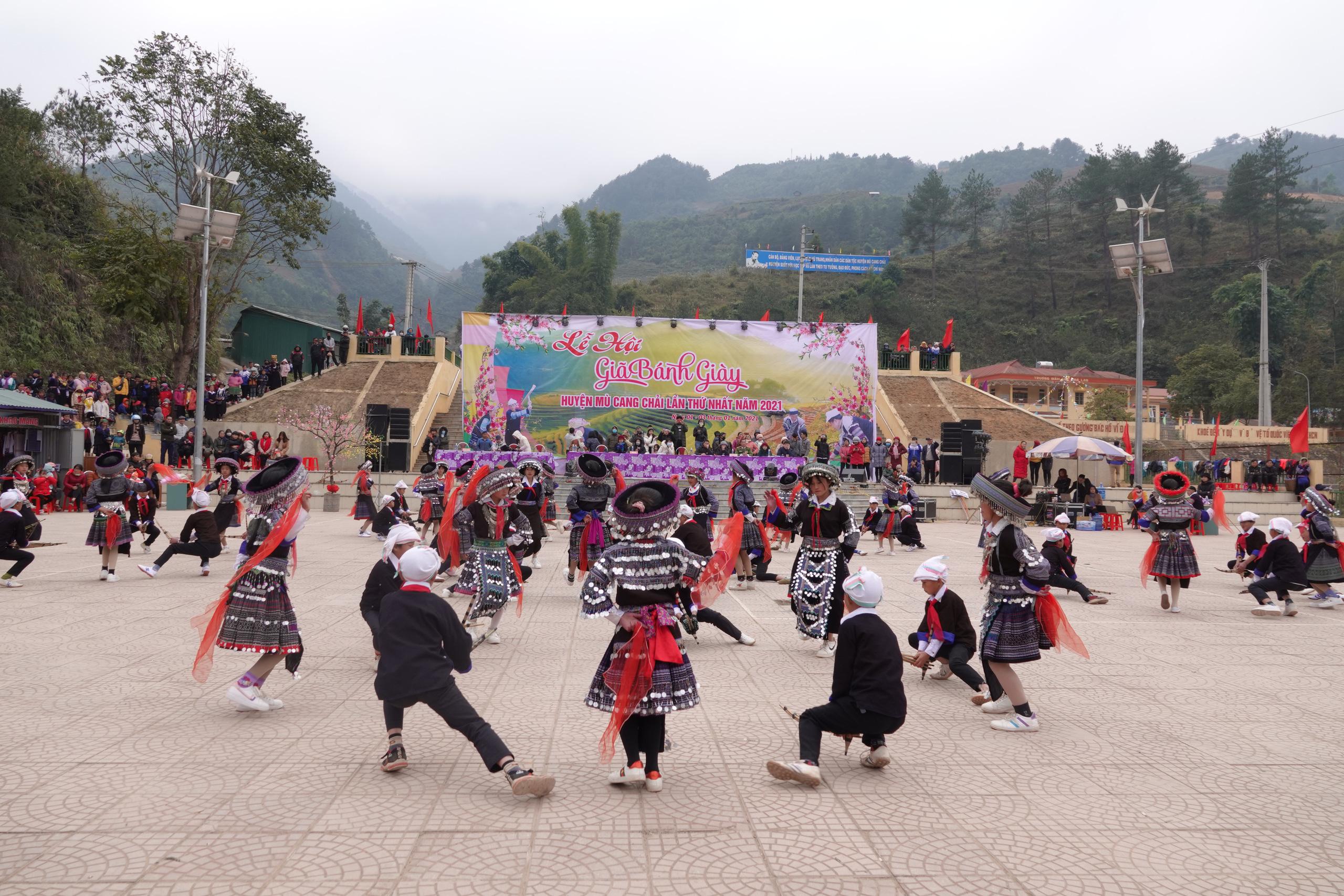 Cuốn hút màn múa khèn Mông, múa khăn của học sinh vùng cao Mù Cang Chải - Ảnh 4.