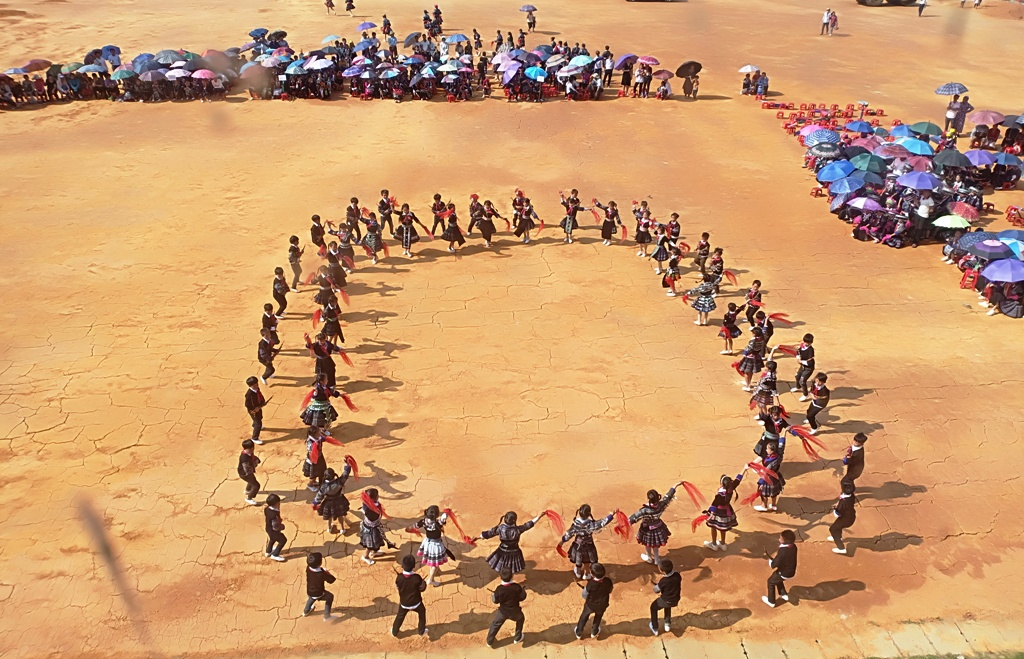 Cuốn hút màn múa khèn Mông, múa khăn của học sinh vùng cao Mù Cang Chải - Ảnh 9.
