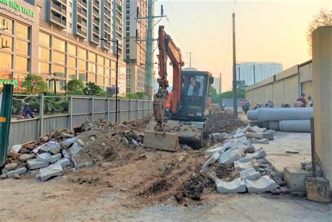 Thực hư thông tin phát hiện người đàn ông dưới lòng đất khi đào đường ở Hà Nội - Ảnh 2.