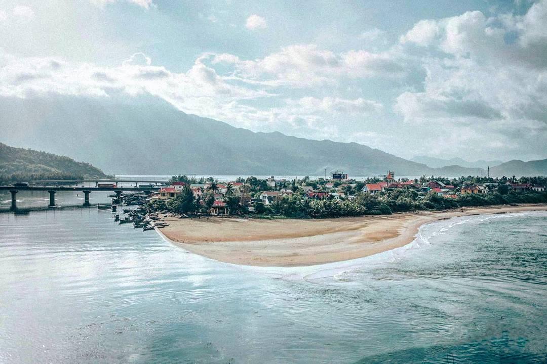 4 vịnh biển hút khách cho chuyến vi vu hè - Ảnh 3.