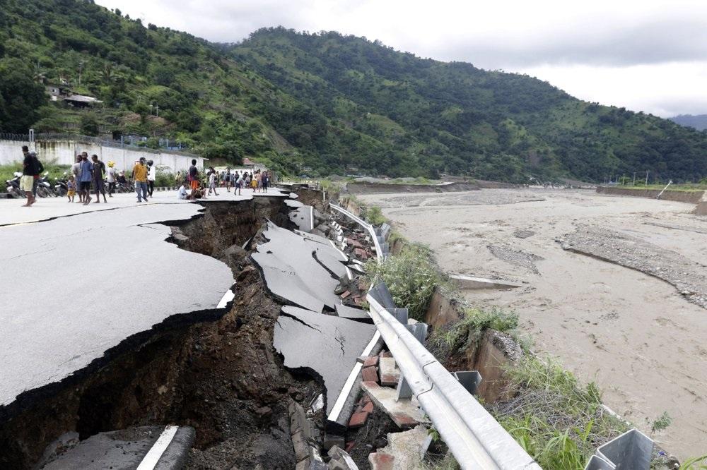 Bão nhiệt đới ở Indonesia: Số người chết ngày càng tăng và cư dân bị cô lập - Ảnh 1.