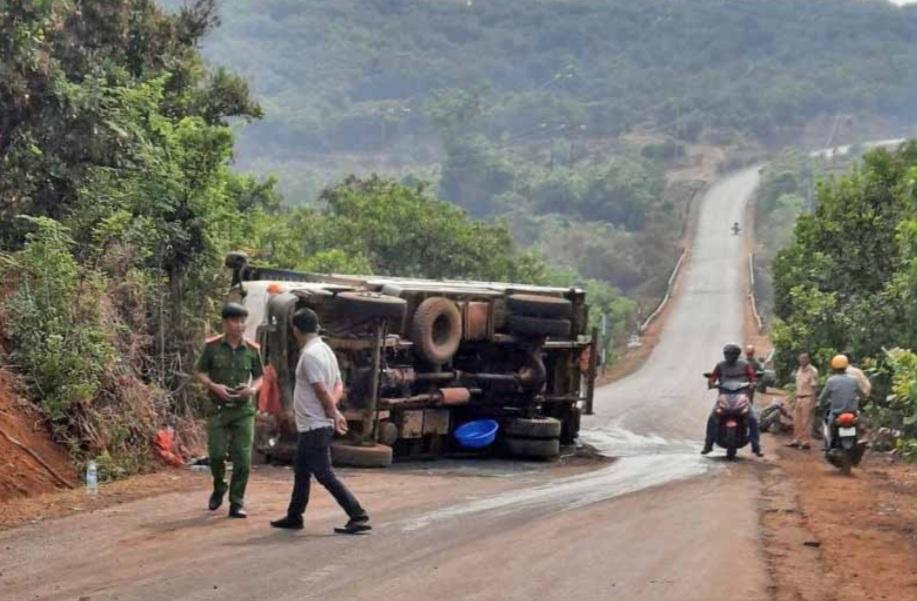Lật xe chở nông sản khiến 1 người tử vong ở Gia Lai - Ảnh 1.
