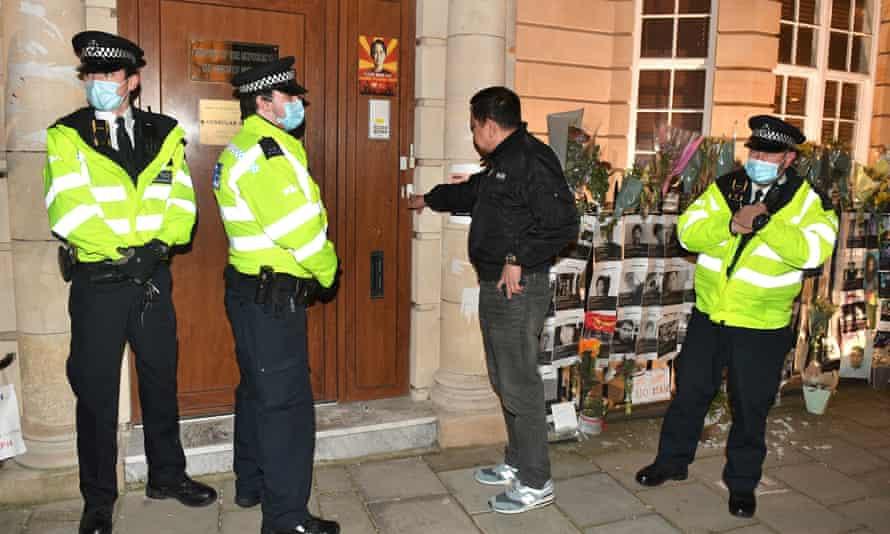 Đại sứ Myanmar tại London bị nhốt ngoài cửa cơ quan - Ảnh 1.