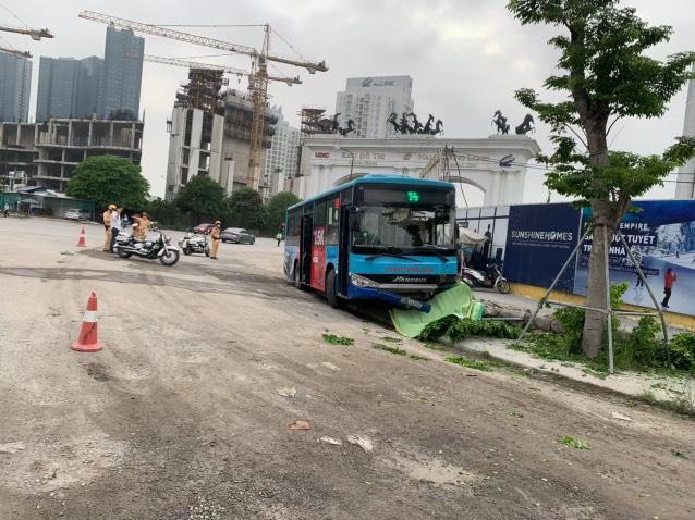 Xe buýt tông chết người đi bộ - Ảnh 1.