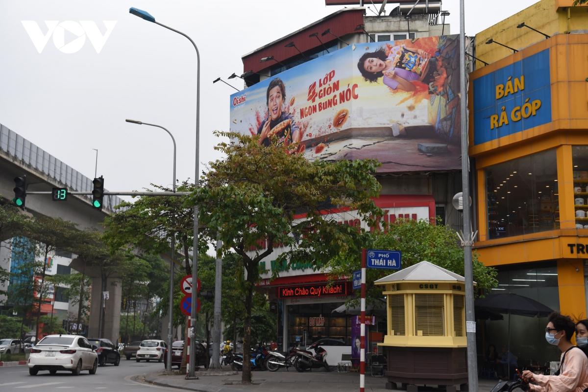 Biển quảng cáo bịt kín nhiều nhà trên phố, 'bịt' luôn cơ hội thoát thân khi hỏa hoạn? - Ảnh 1.