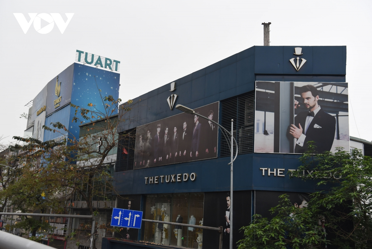 Biển quảng cáo bịt kín nhiều nhà trên phố, 'bịt' luôn cơ hội thoát thân khi hỏa hoạn? - Ảnh 16.