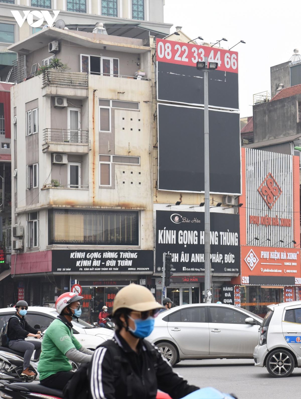 Biển quảng cáo bịt kín nhiều nhà trên phố, 'bịt' luôn cơ hội thoát thân khi hỏa hoạn? - Ảnh 5.