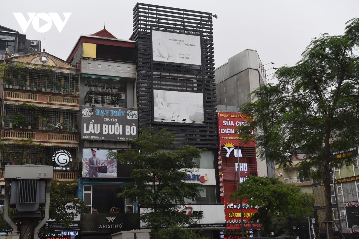 Biển quảng cáo bịt kín nhiều nhà trên phố, 'bịt' luôn cơ hội thoát thân khi hỏa hoạn? - Ảnh 7.
