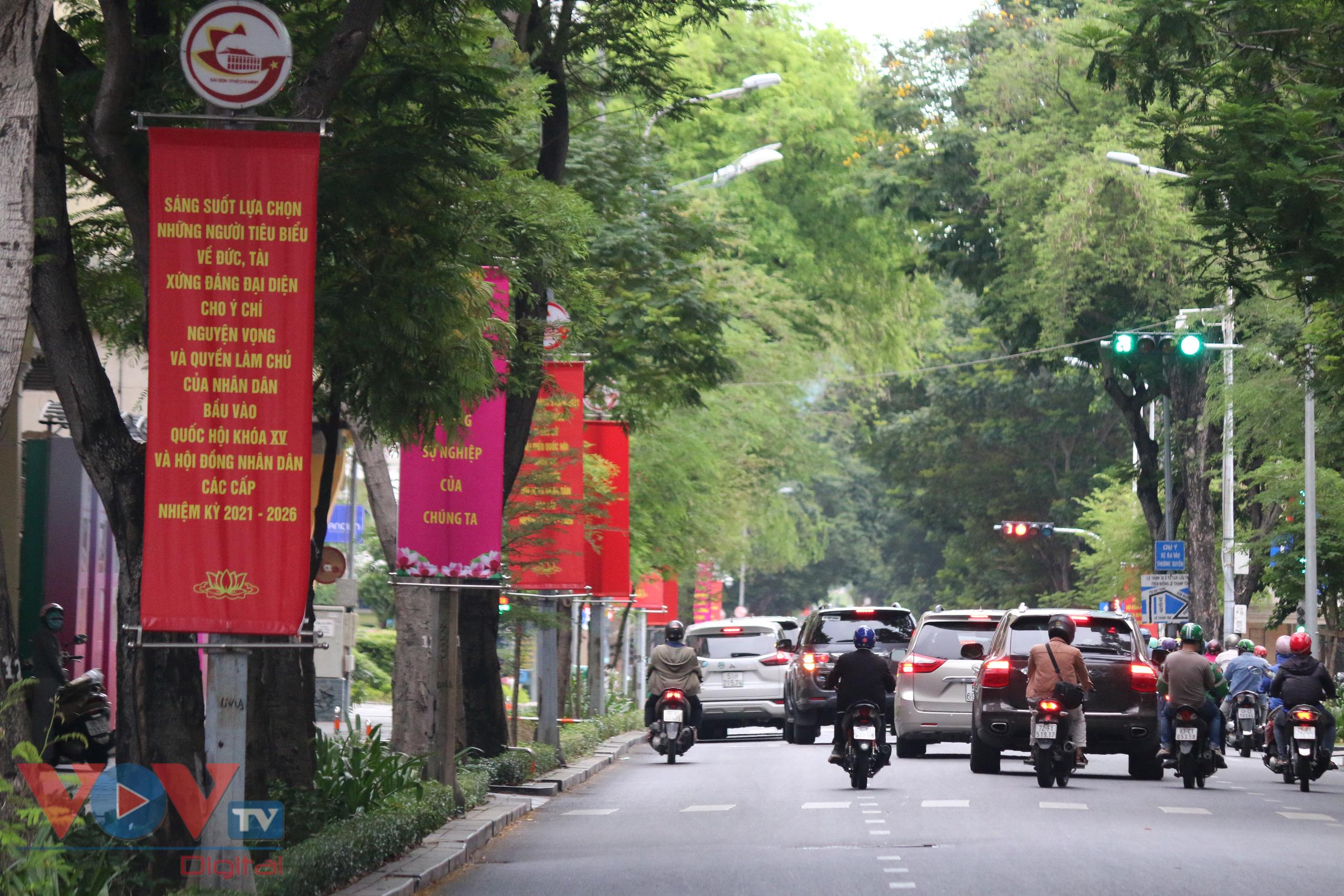 Những khẩu hiệu được treo dọc các tuyến đường để tuyên truyền vận động nhân dân tham gia đi bầu, sáng suốt lựa chọn những người có đủ đức tài