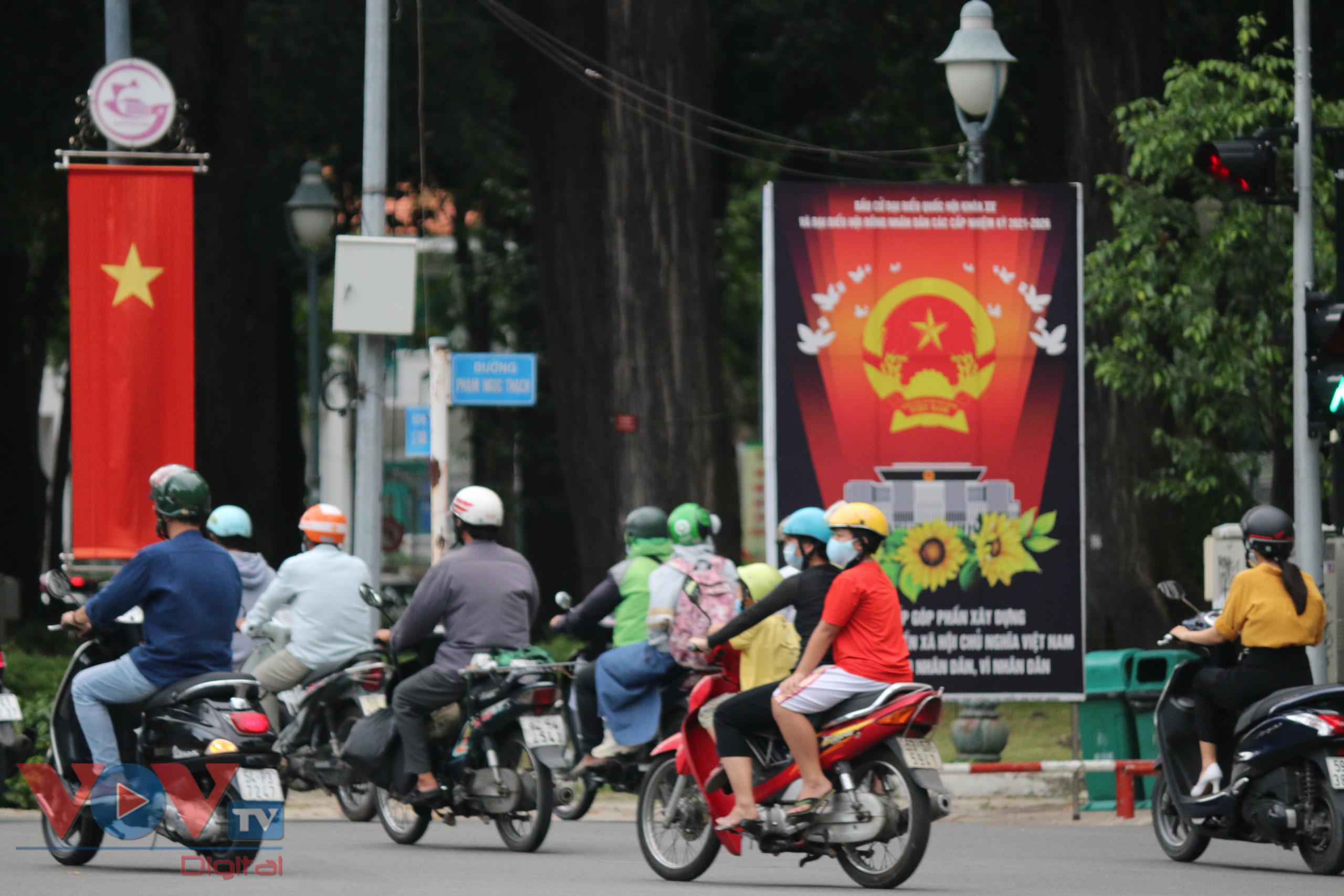 Những hình ảnh cờ Tổ quốc, băng-rôn, khẩu ngữ… được treo ở hầu hết các trục đường trên địa bàn TPHCM