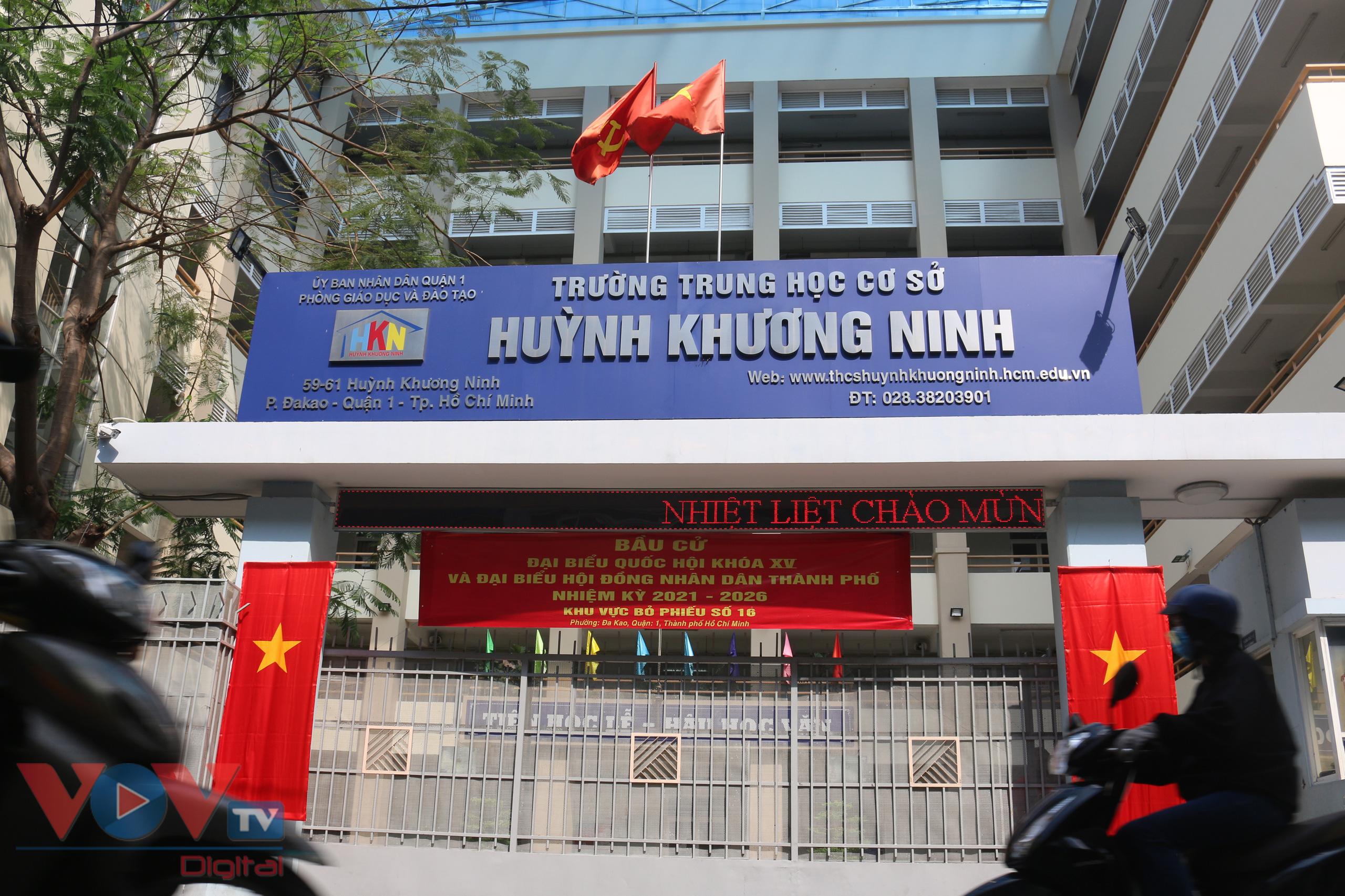 Nhiều trường học tại cũng được sử dụng làm địa điểm tổ chức bầu cử, được trang trí bắt mắt