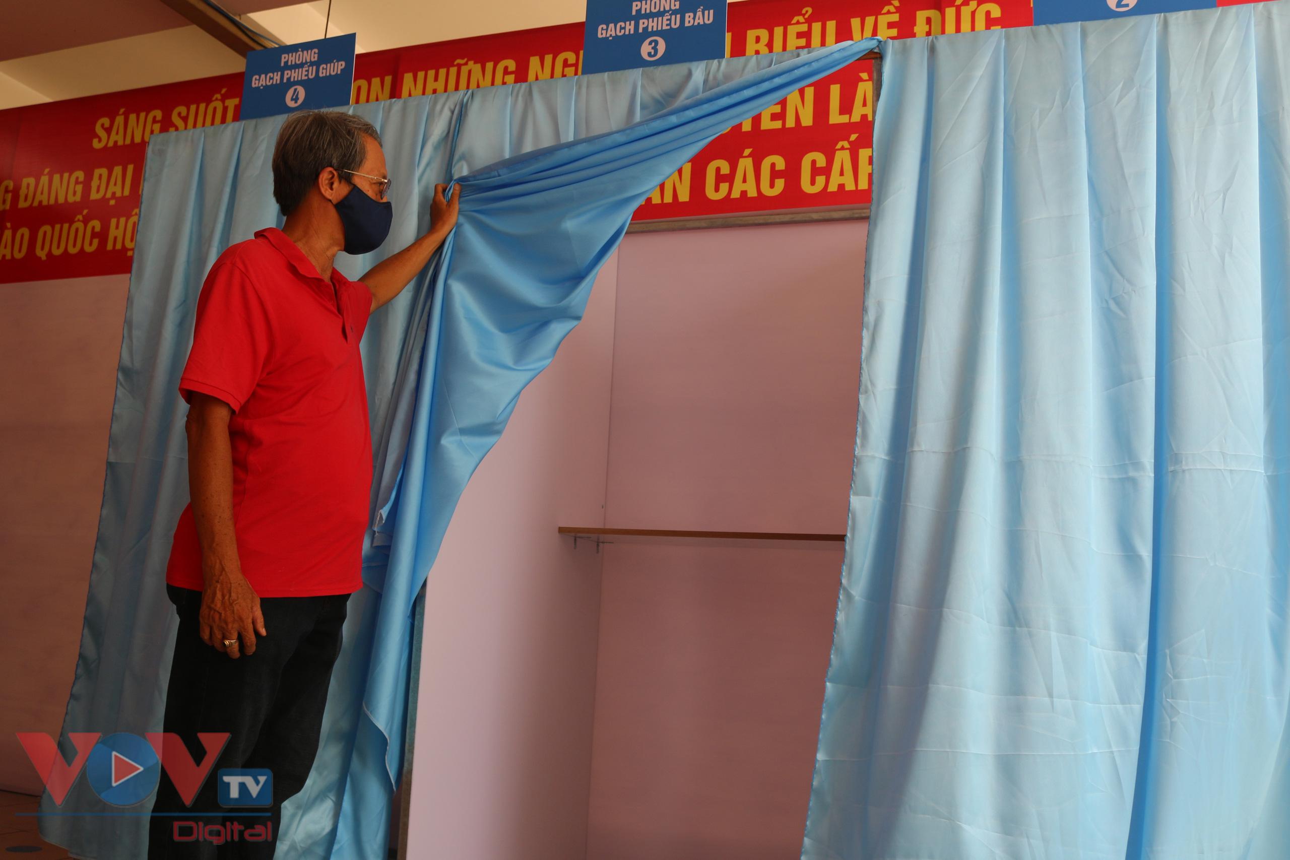 Buồng dành cho cử tri điền phiếu bầu của điểm bầu cử khu phố 7, phường Đa Kao, Quận 1, TPHCM