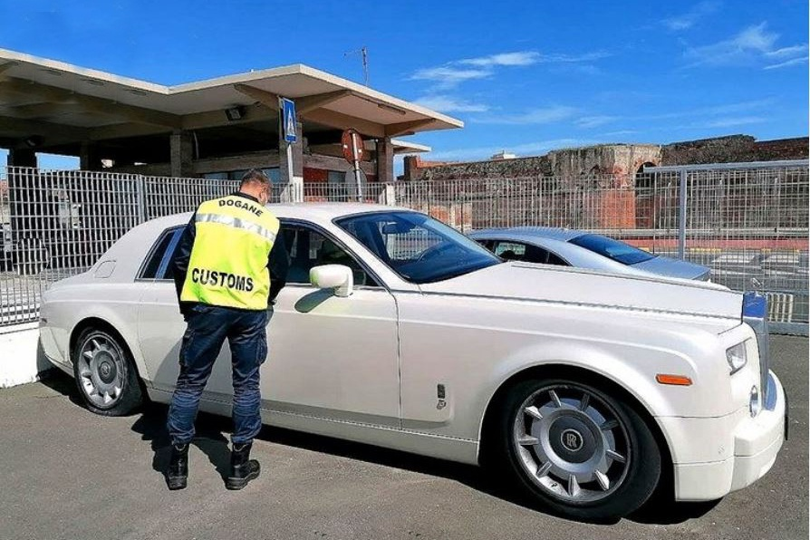 Rolls-Royce Phantom bị tịch thu vì nội thất bọc da cá sấu - Ảnh 1.