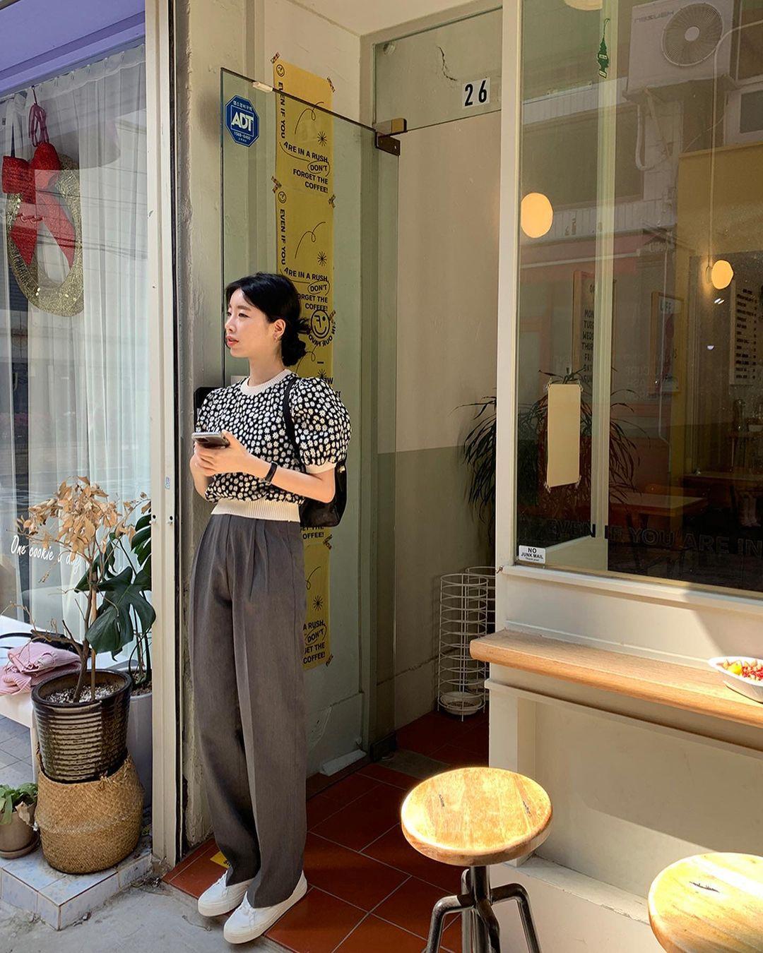 10 cách diện áo hoa cực xinh yêu từ gái Hàn, áp dụng theo thì style chỉ có chuẩn sang xịn - Ảnh 10.