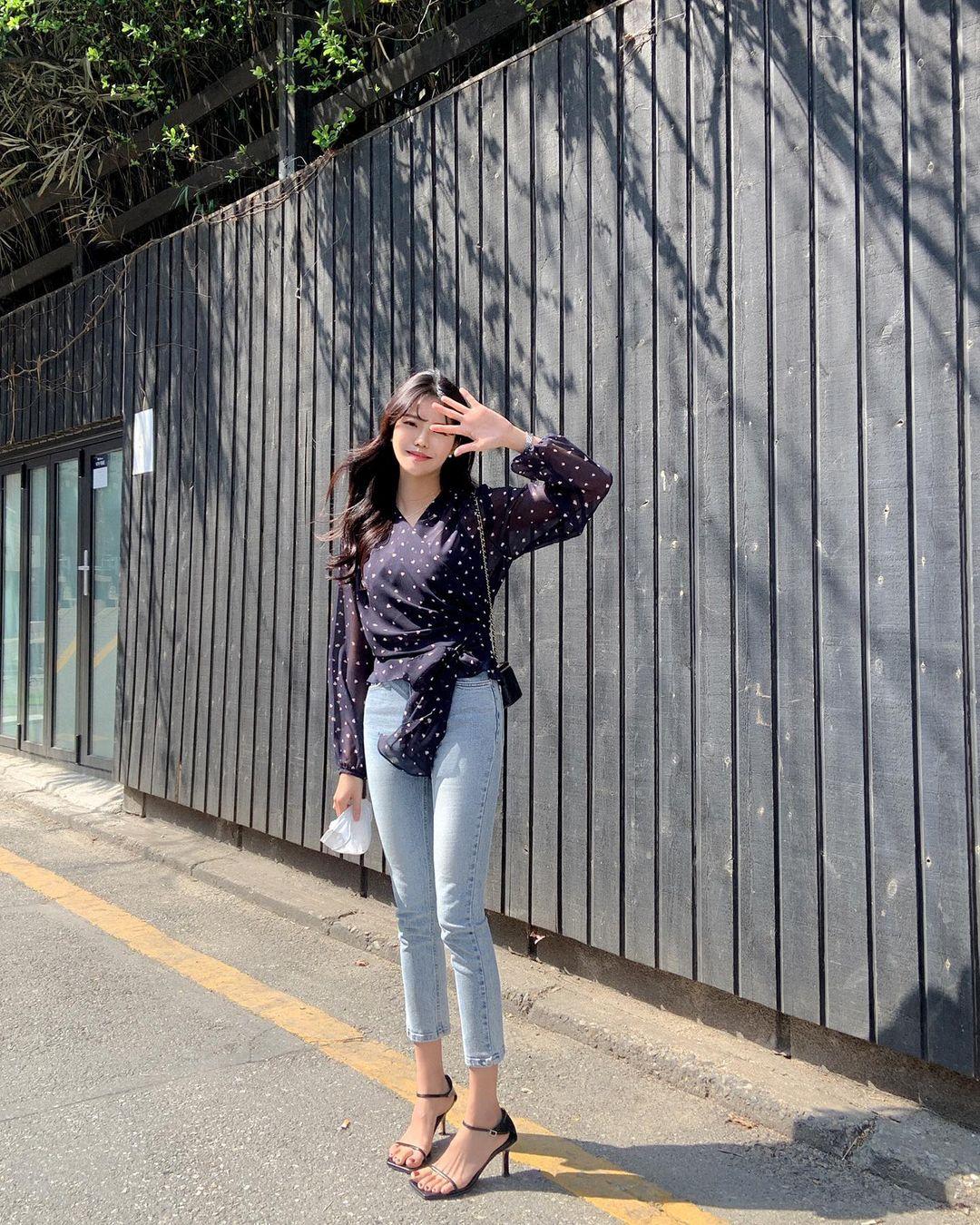 10 cách diện áo hoa cực xinh yêu từ gái Hàn, áp dụng theo thì style chỉ có chuẩn sang xịn - Ảnh 1.