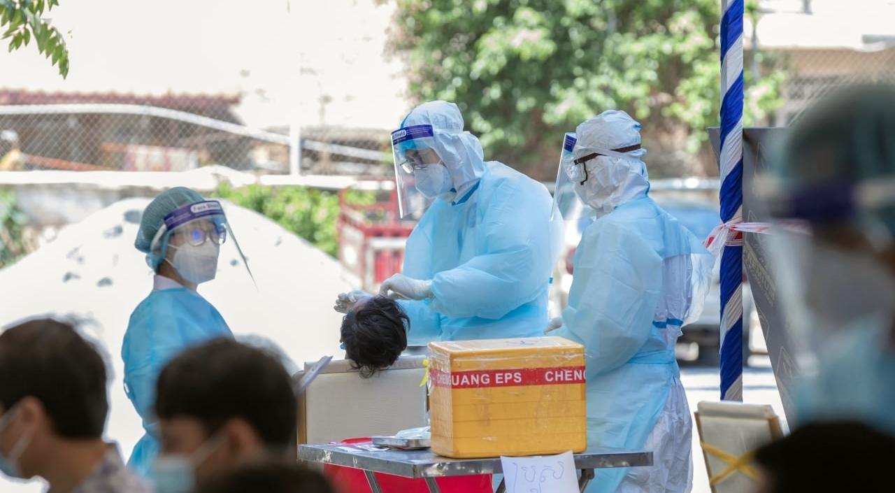 Các bác sỹ lấy mẫu xét nghiệm Covid-19.jpg