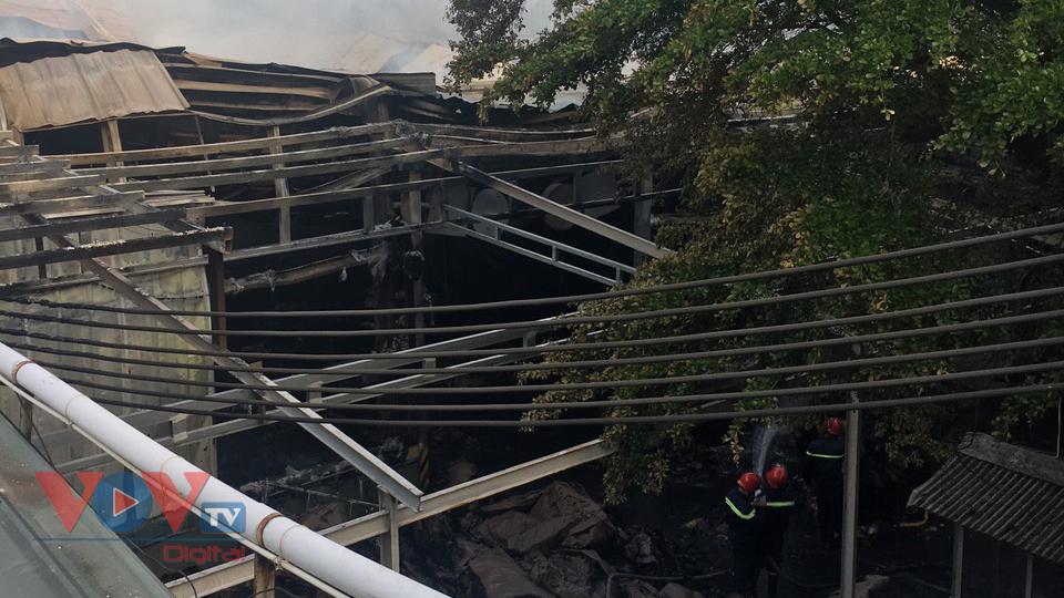 Hiện, lực lượng chữa cháy vẫn tiếp tục phun nước để ngọn lửa tránh bùng phát trở lại.jpg
