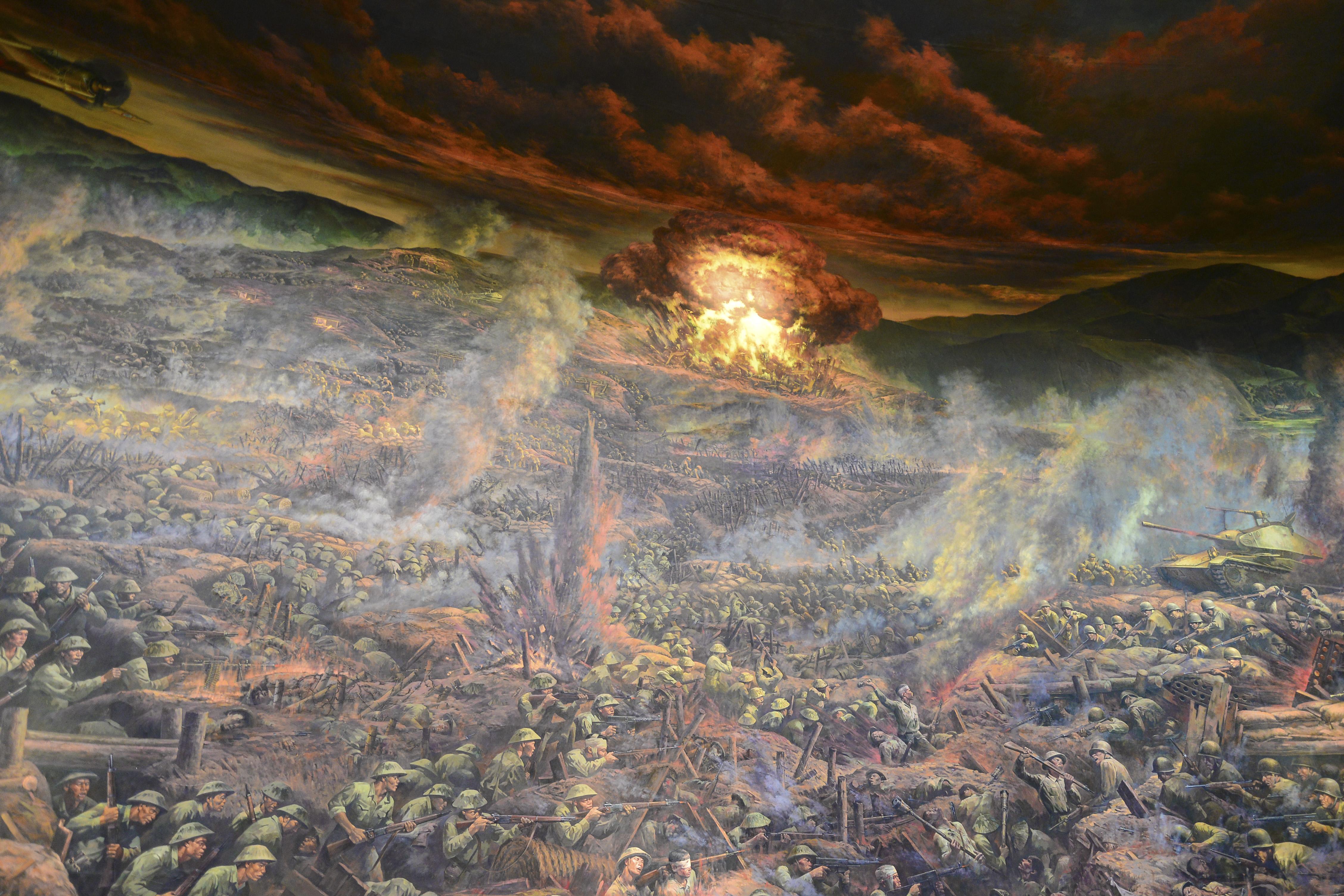 """Bức tranh đã mô tả, khắc họa rõ nét """"Năm mươi sáu ngày đêm khoét núi, ngủ hầm, mưa dầm, cơm vắt"""" của quân và dân ta để làm nên chiến thắng chấn động địa cầu.jpg"""