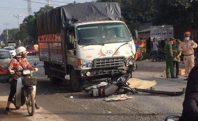 'Đấu đầu' với xe ô tô tải, hai thanh niên đi xe máy tử vong tại chỗ - Ảnh 1.