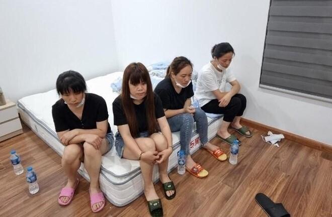 Cảnh sát phá cửa, bắt quả tang nhóm người Trung Quốc nhập cảnh 'chui' ở Hà Nội - Ảnh 1.